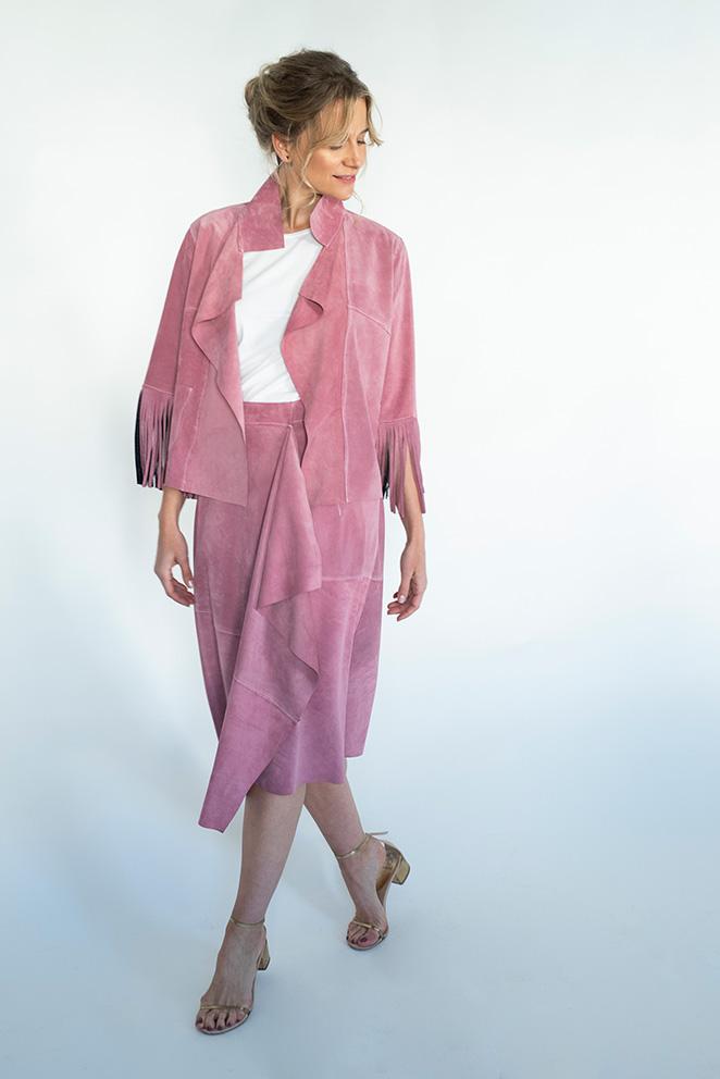 Llega la colección María de Leon Cápsula - Modelo con falda y chaqueta de flecos rosa