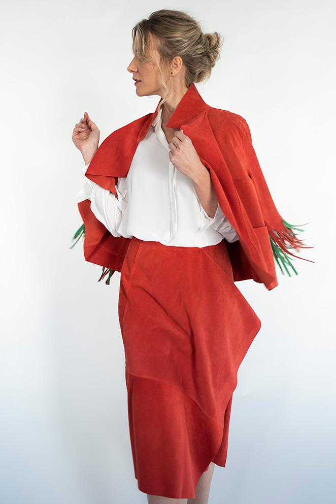 Llega la colección María de Leon Cápsula - Modelo con falda y chaqueta de flecos rojo coral